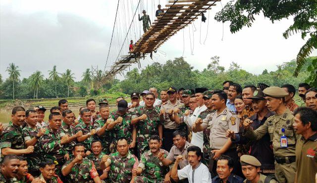 Permalink ke Jembatan Desa Brugo Putus, Prajurit TNI Lakukan Perbaikan