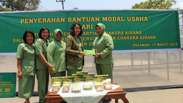 Permalink ke Persit Korem 032/Wirabraja Salurkan Bantuan Modal Usaha