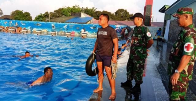 Permalink ke Asah Ketangkasan di Air,  Prajurit Korem 032/Wbr Latihan Renang