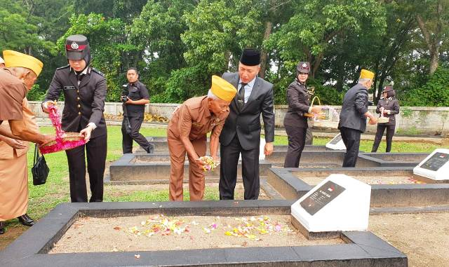 Permalink ke Jajaran Pemkab Muba, TNI dan Polri Tabur Bunga Hari Pahlawan