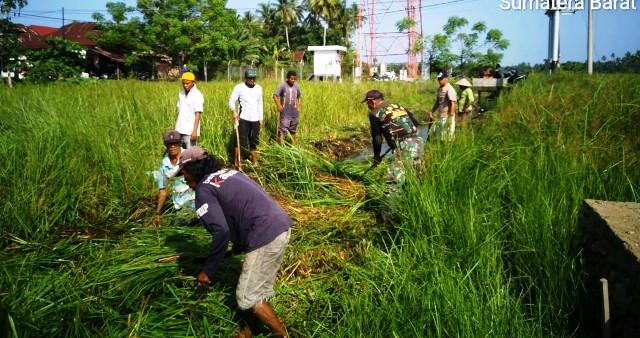 Permalink ke Babinsa Koramil 04/Lengayang Ajak Warga Bersihkan Saluran Irigasi