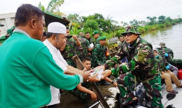 Permalink ke Cegah Covid-19, Danrem 032/Wbr Bagikan Hand Sanitizer Kepada Masyarakat Sungai Kota Padang